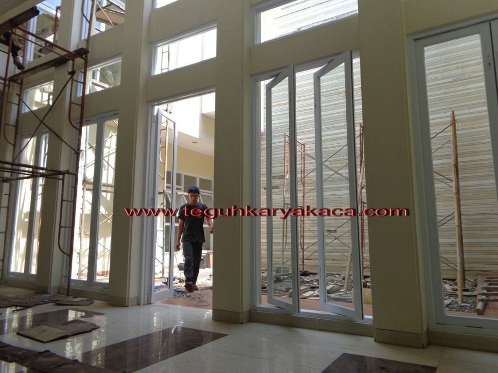 Kusen Aluminium Ykk Putih Dan Daun Jendela Pivot Jendela Rumah