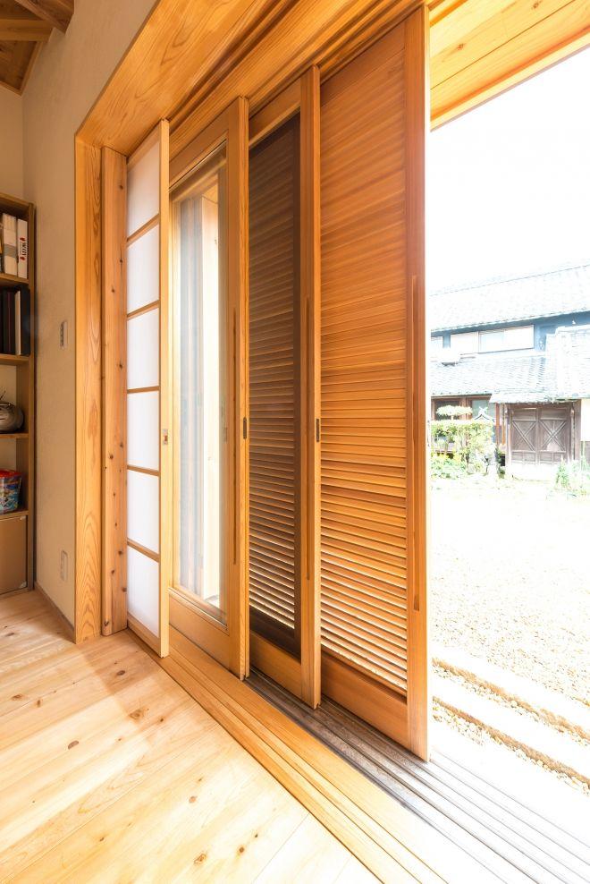 全開口できる木製の掃出しサッシです 外部からガラリ雨戸 網戸
