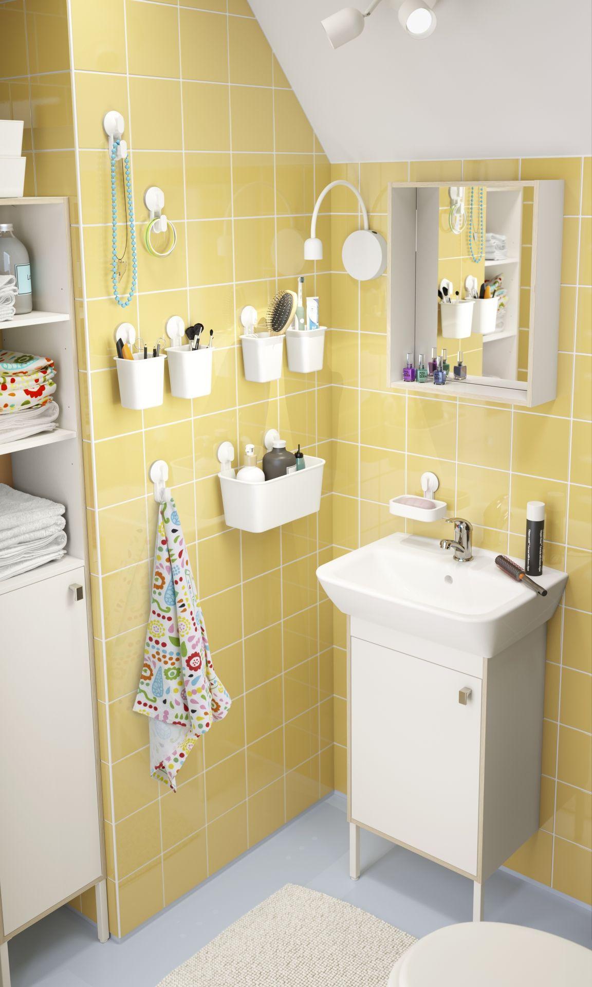 salle de bains fonctionnelle aux multiples rangements avec un mur en carrelage jaune frais et. Black Bedroom Furniture Sets. Home Design Ideas