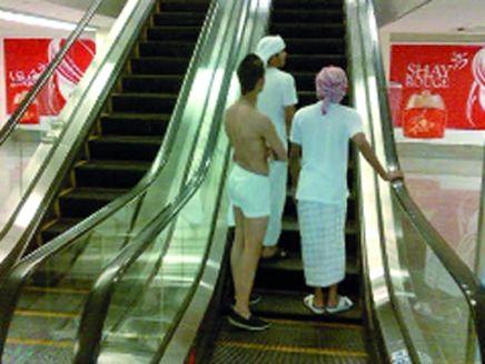 شاب يتجول وهو شبه عاري في دبي مول Pictures Fun Slide Big Picture