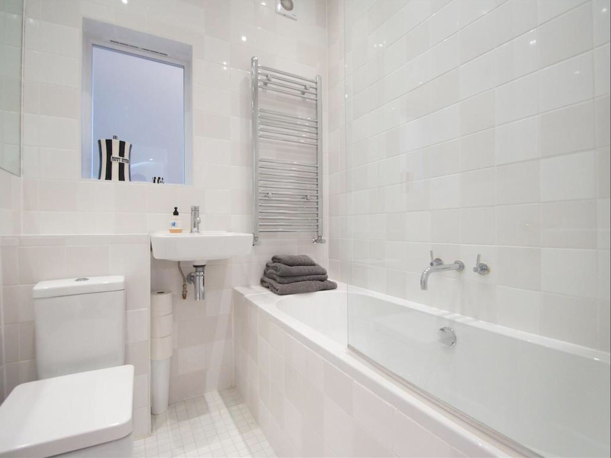 Radiator Badezimmer ~ Could have radiator above bath like this boys bathroom