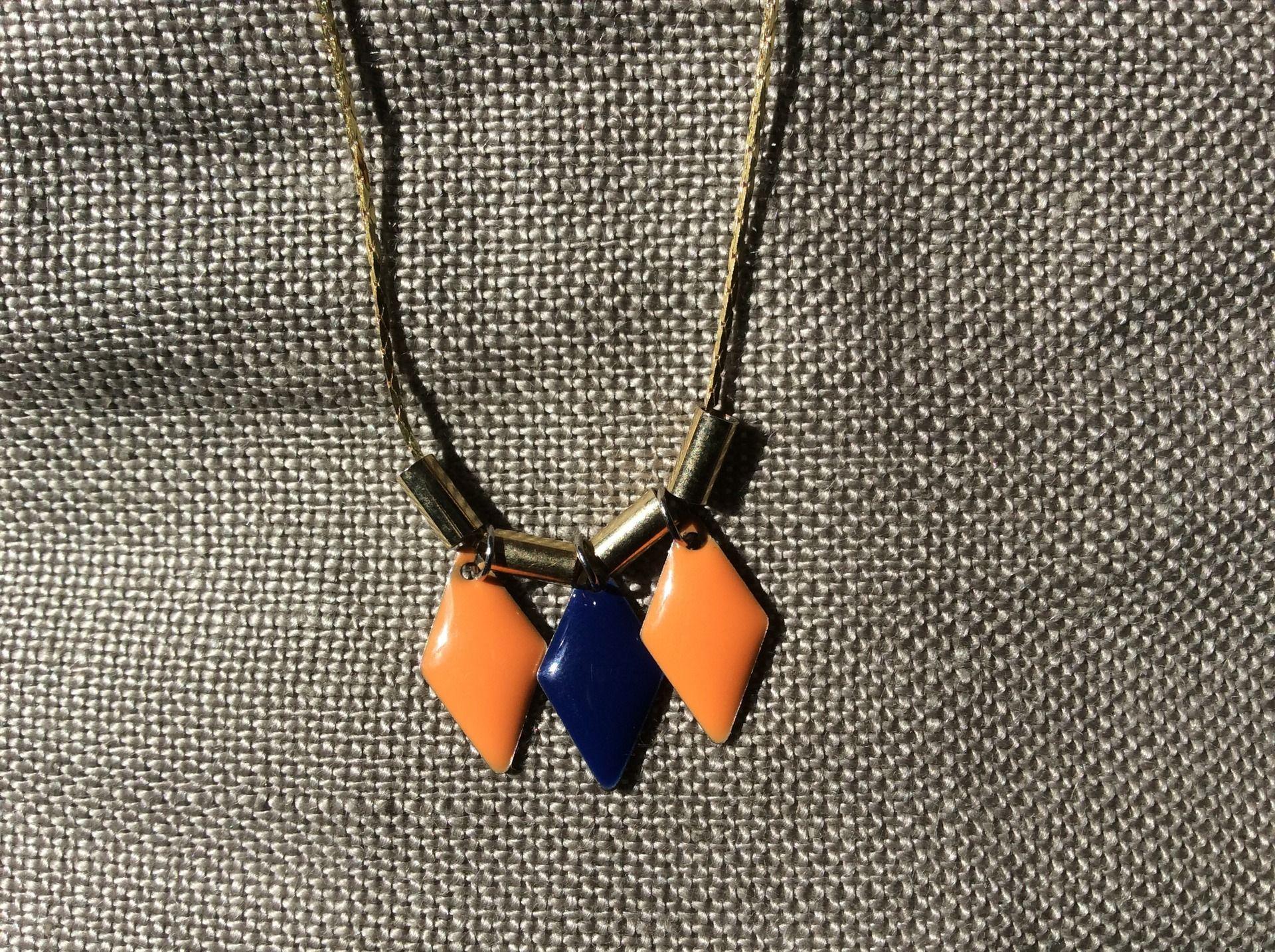 Collier losanges en email epoxy bleu marine et orange : Collier par guerloule