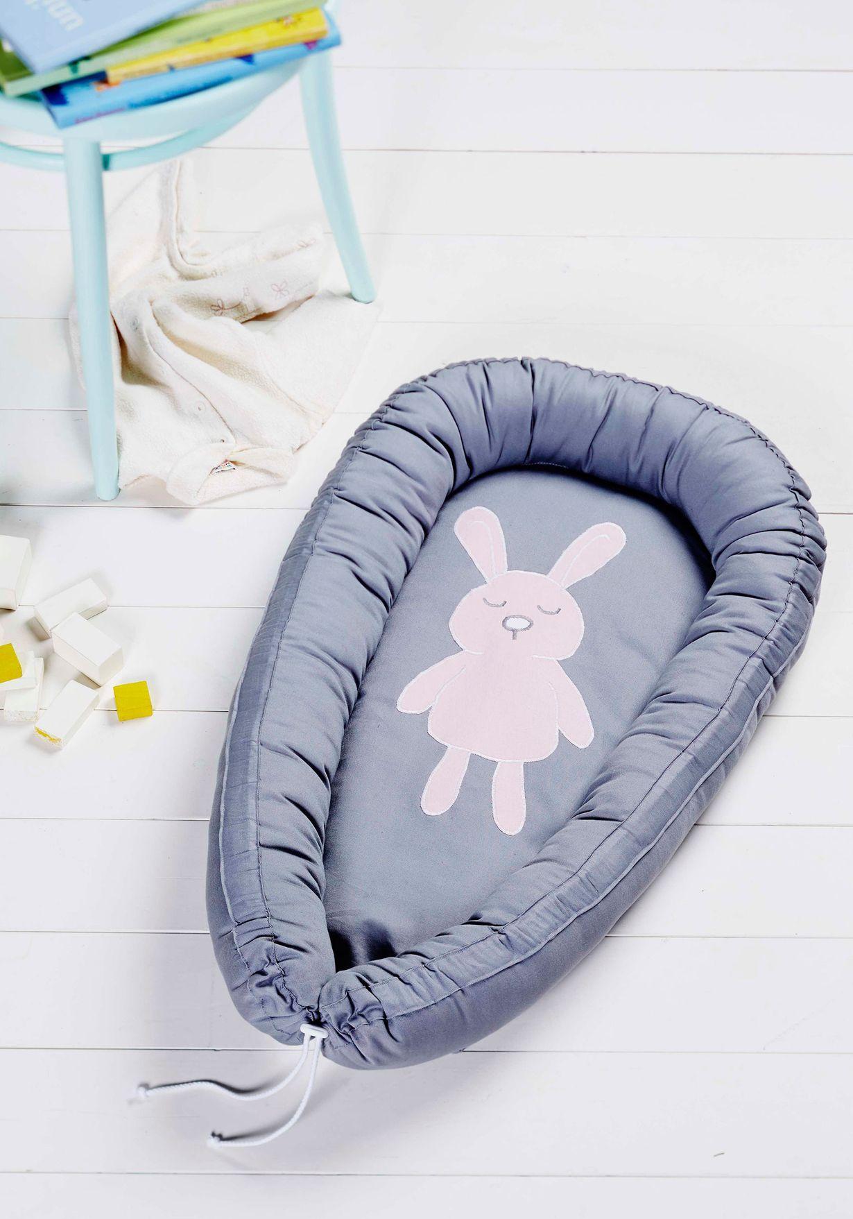 Pehmoinen vauvanpesä saa vastasyntyneen tuntemaan olonsa turvalliseksi. Ompele pesä itse ja applikoi siihen koristeeksi suloinen pupu.