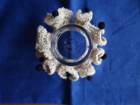 綿素材の毛糸でシュシュを編み、その周りに細いレース糸で編んだ丸がたくさんついています。クリーム色に黒いドットというイメージで作りました。 黒い丸がゆらゆら揺れ...|ハンドメイド、手作り、手仕事品の通販・販売・購入ならCreema。