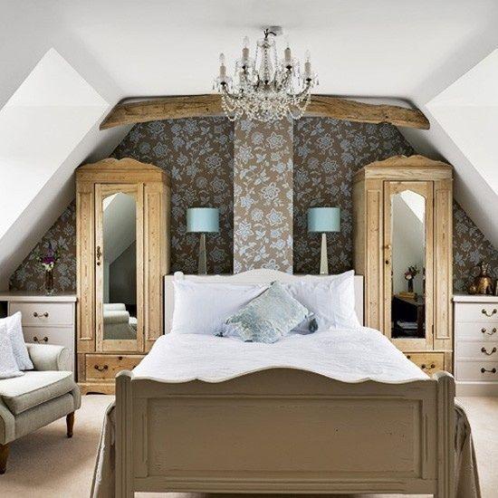 Schlafzimmer mit Dachschrägen tapete blumenmuster | Ideen rund ums ...
