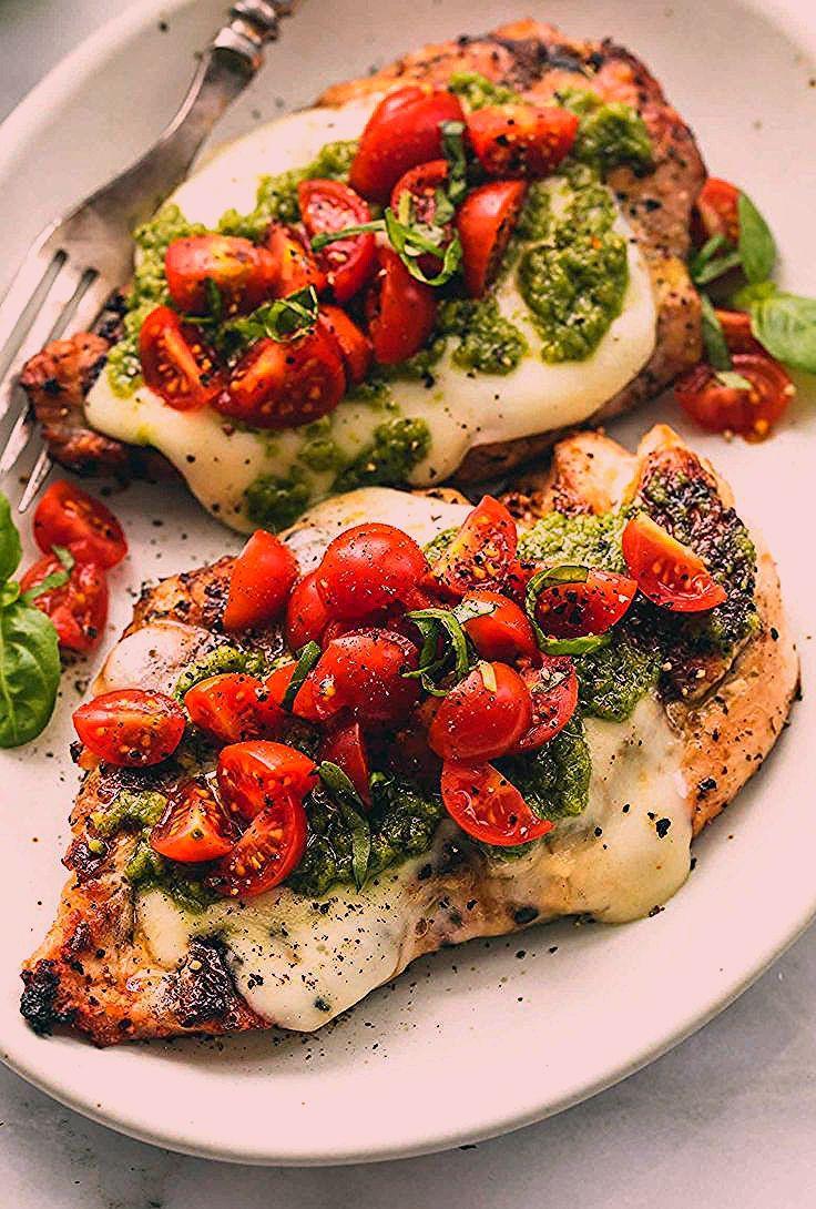 Leckeres Low Carb Gericht | Hähnchen anbraten, mit Käse, Pesto und Tomaten belegen und kurz ab da