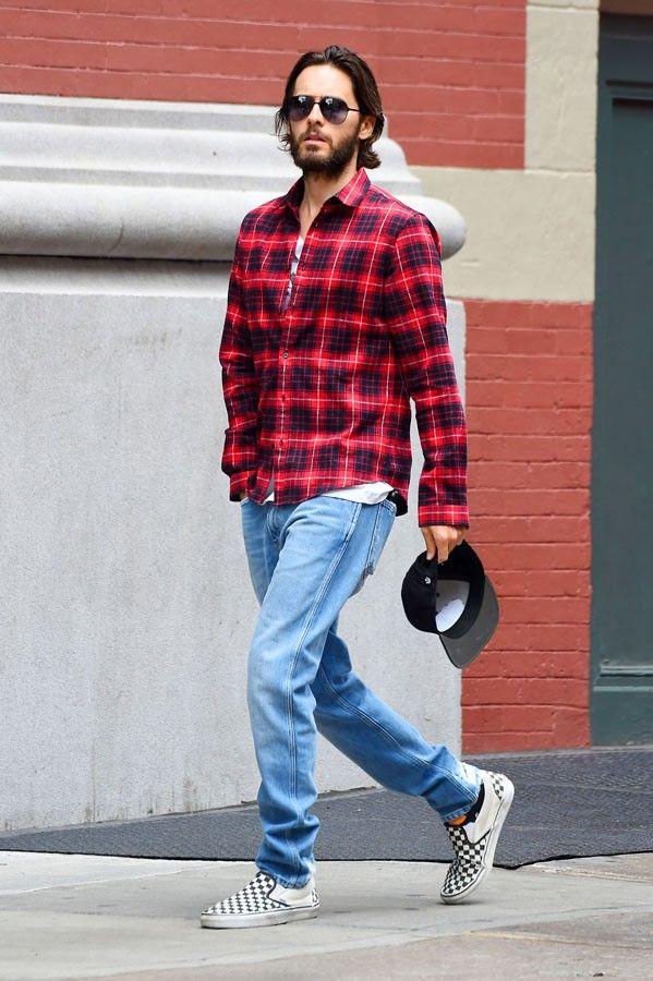 Camisa xadrez vermelha masculina com jeans claro e tênis quadriculado. Veja  o estilo do vocalista do 30 Seconds to Mars enquanto passeia pela cidade. 0cb7032f60d66