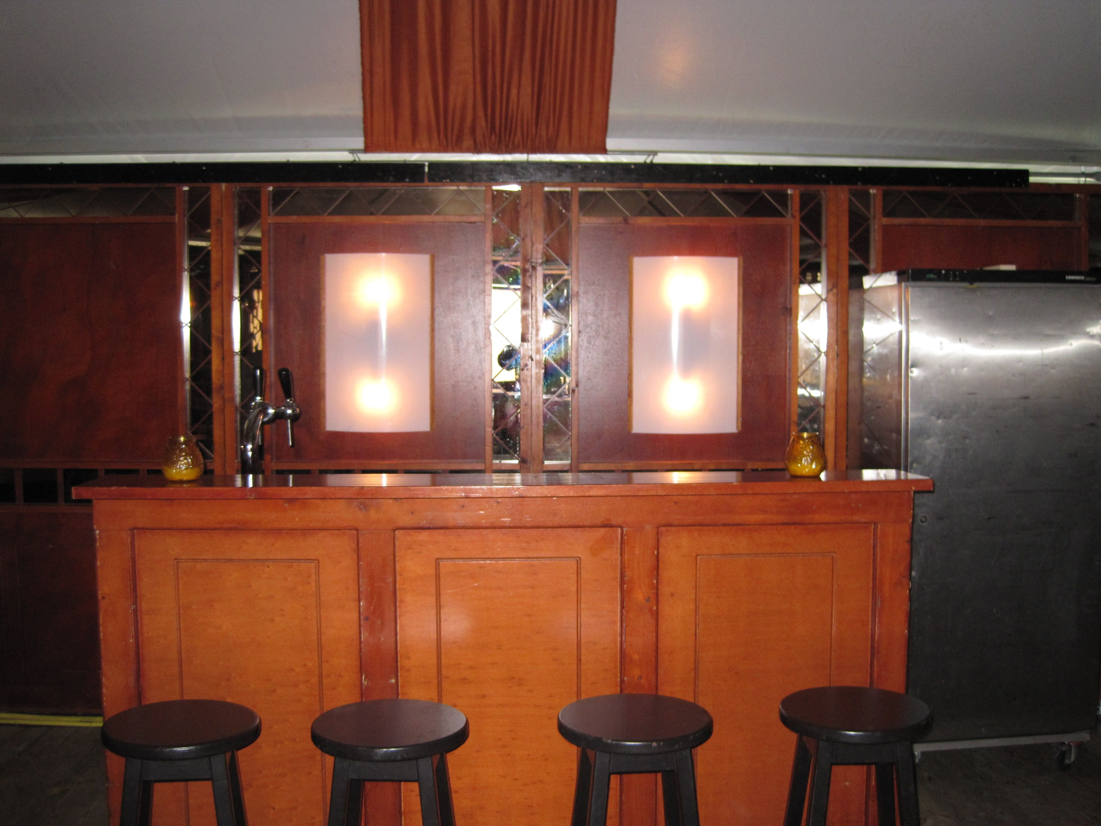 Een Sfeerimpressie Van Onze Mahonie Bar Te Huur Bij Van Rijswijk Verhuur In Genderen Bar Verhuur Feest Decoratie Inrichting Meubilair Tent Marktkramen