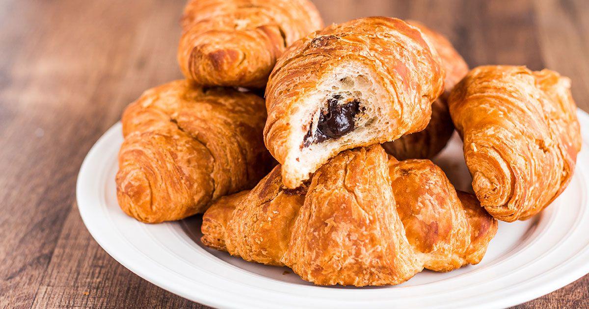 طريقة عمل الكرواسون بالشوكولاتة Recipe Homemade Croissants Food Chocolate Croissant