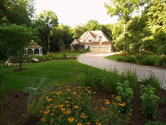 Large Front Yard Lawn And Plantings Front Yard Landscaping Neave