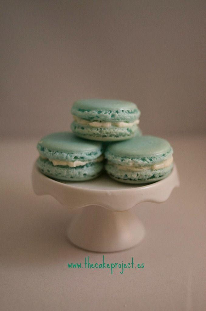 Macarrons en tonos azules y blancos para una mesa dulce de babyshower elaborados por TheCakeProject en Madrid