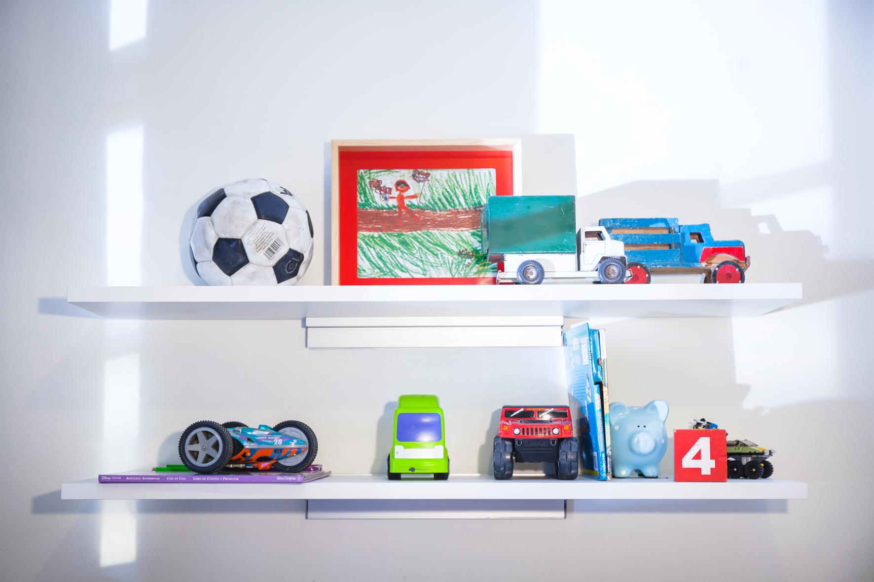 Utiliza repisas en el cuarto de ni os para colocar - Habitaciones de juguetes ...