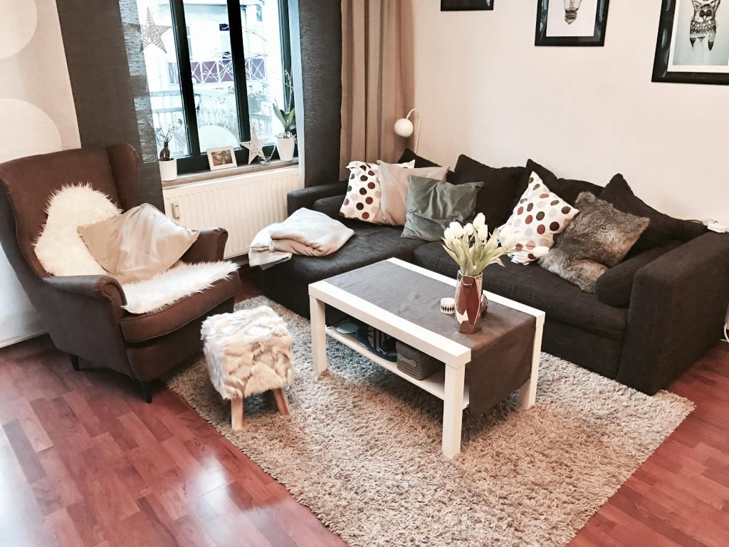 Wohnzimmer gemütlich ~ Hier ist es sehr gemütlich! sofa und sessel werden durch decken