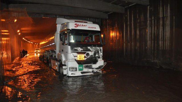 İzmir'i Yine Sel Aldı! Alt Geçitleri Su Bastı, Araçlar Yolda Kaldı  http://www.modarehberiniz.com/izmiri-yine-sel-aldi-alt-gecitleri-su-basti-araclar-yolda-kaldi/ Moda Rehberiniz