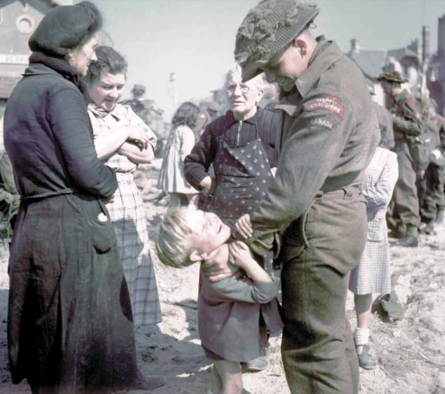 A Soldier From Le Regiment De La Chaudiere Jokes With A Young French Boy While Three Women Watch Berniere Canadian Soldiers Canadian Military Canadian Army