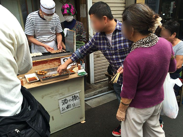 東京都北区赤羽店名が一本70円なのに一本80円の立ち食い焼鳥屋が人気絶大 開店と同時にゾロゾロと人が集まる