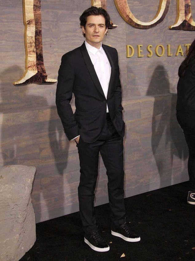 """Orlando Bloom Wears Lanvin Suit and Low-top Sneakers for """"The Hobbit: The Desolation Of Smaug"""" Premiere 
