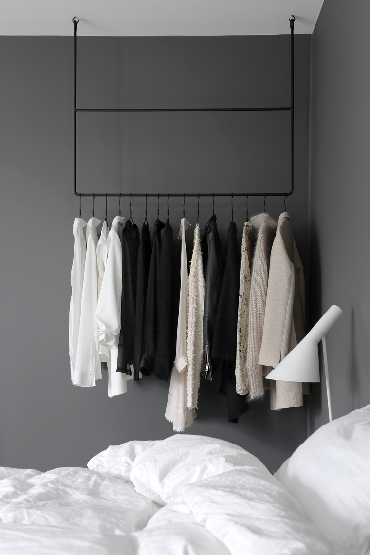 arara de roupas no quarto // clothing rail in the bedroom ~ via Stylizimo.