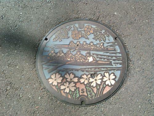こんにちは。天候は、晴れ。暖かい祝日です。戸田市のマンホールカバーです。荒川に漕ぎ出すボートに、躍動感を感じます。今日もよろしくお願いします。 #マンホール #ManholeCover #manhole #ボート #boat #荒川 #ArakawaRiver #戸田 #Toda #埼玉 #Saitama #建国記念日 #holiday #hi #你好 #안녕하세요 #Привет #sunny #Thursday #如月 #February