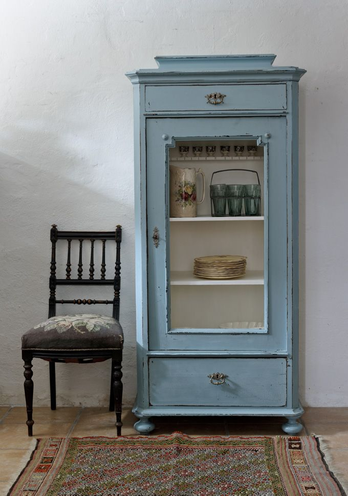 Litet Vägghängt Vitrinskåp ~ Butik Lanthandeln Litet fint vitrinskåp i turkos blått Vintage home