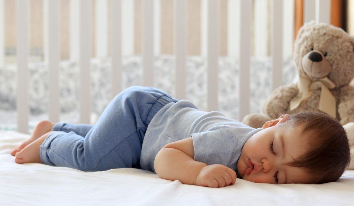 أسرع طريقة لنوم الأطفال الرضع In 2020 Baby Sleep Solution Baby Nap Funny Babies
