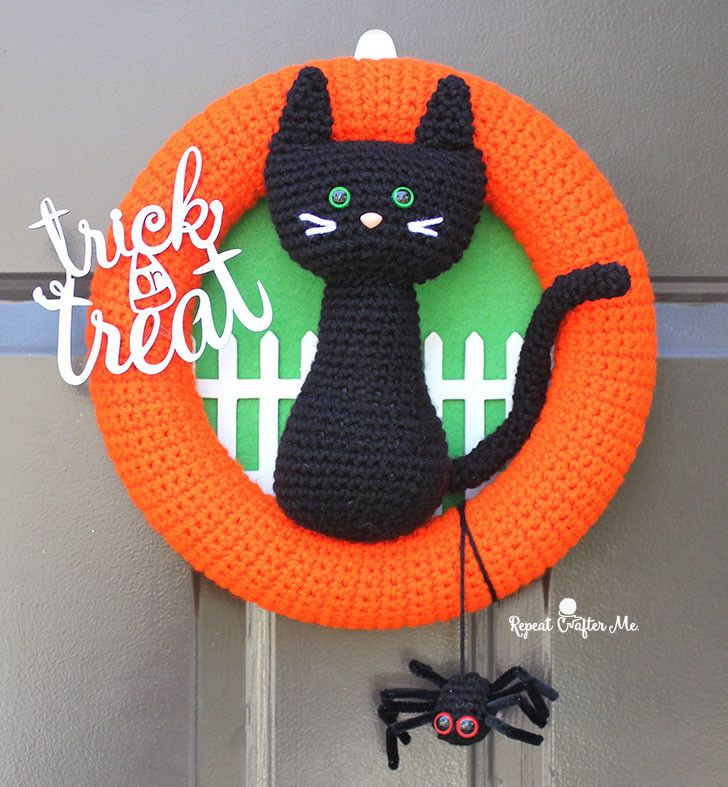 Photo of Crochet Halloween Black Cat Wreath – Repeat Crafter Me
