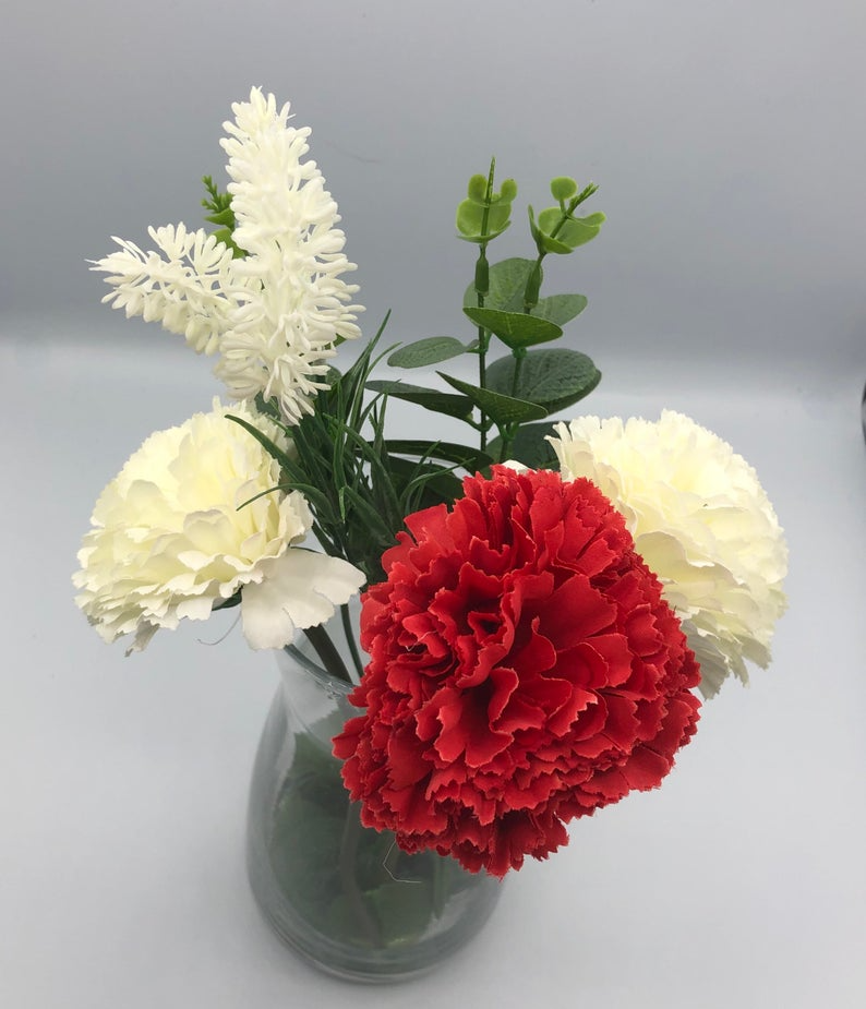 Eye-catching Centrepiece with Carnation and lavend