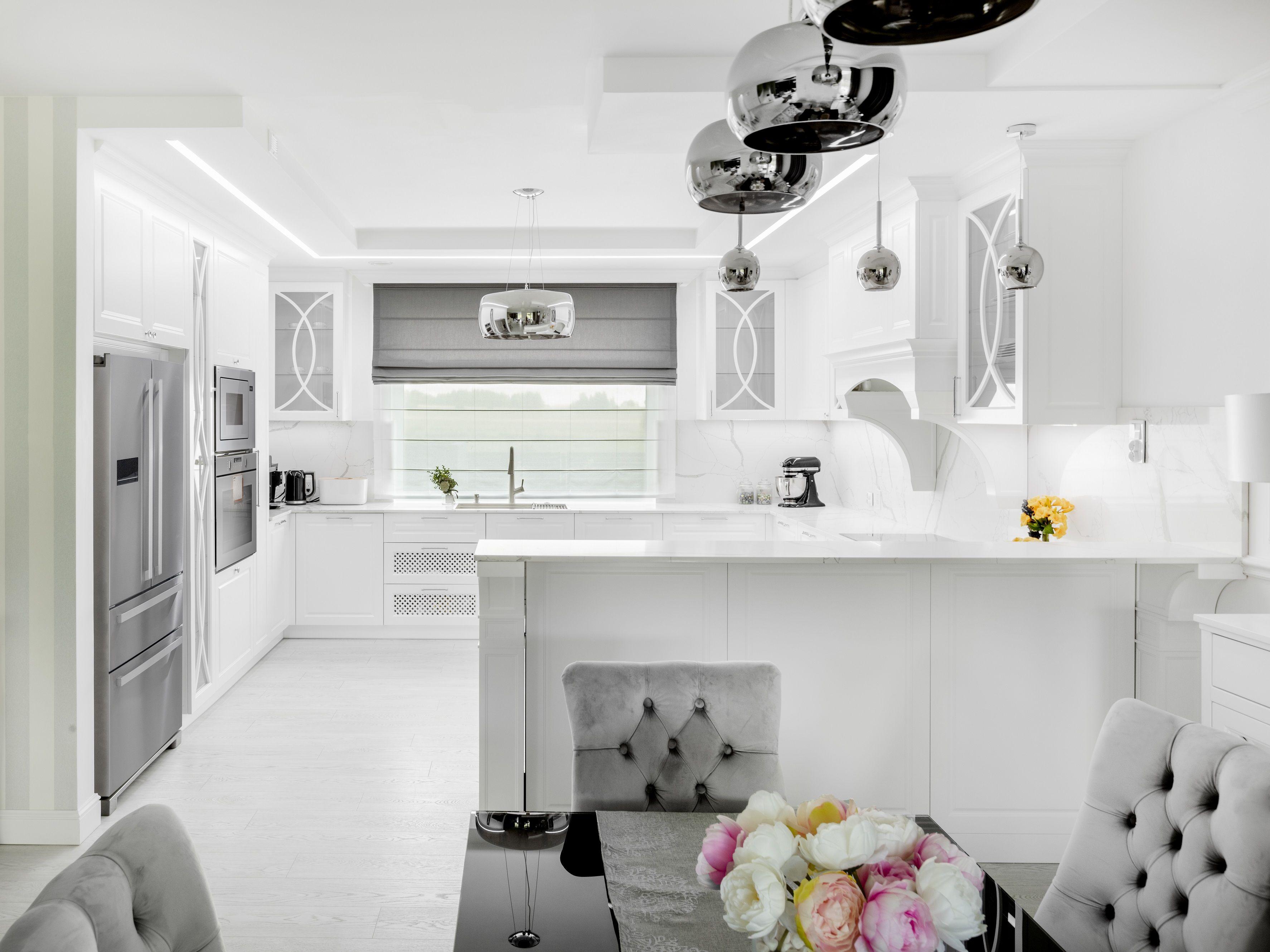 Zainspiruj Sie Wnetrzem Z Amerykanskim Rozmachem Jasna Przestronna Aranzacja Z Eleganckimi Dodatkami I Detalami Elemen Home Decor Furniture Kitchen Cabinets