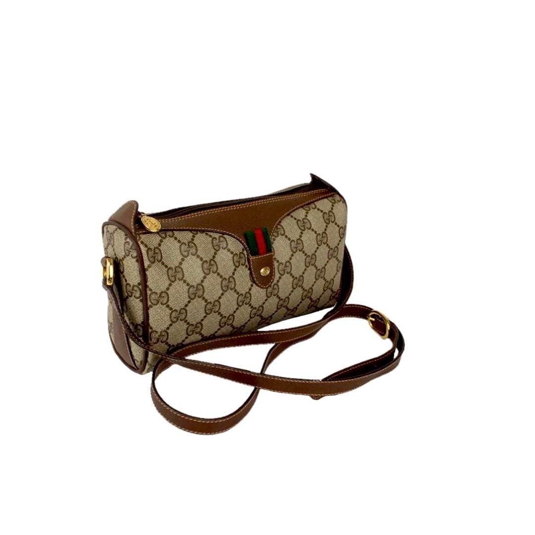 d1d5417b6bc9 Vintage Gucci mini crossbody bag measures 8 x 5 x 3