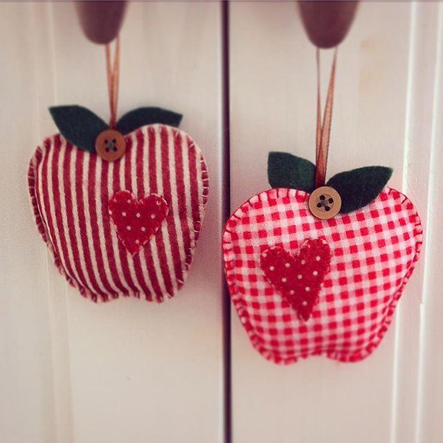 Aus Filz genähte Äpfel #Apfel #herbst #herbstdeko #dekoration #feltart #feltdecoration #apple #autumn #apples #diy #handcrafted #handgenäht #handsewn #weihnachtsmarktideenverkauf