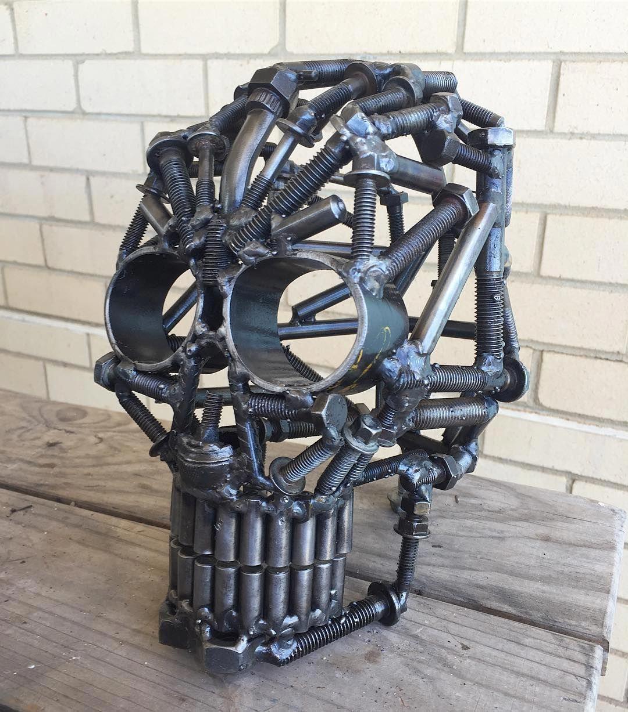 изделия из металлолома фото представляет