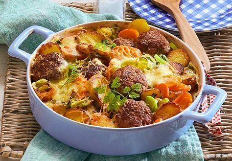 Frikadellen-Gemüse-Auflauf mit Kräuterbéchamel Rezept | LECKER