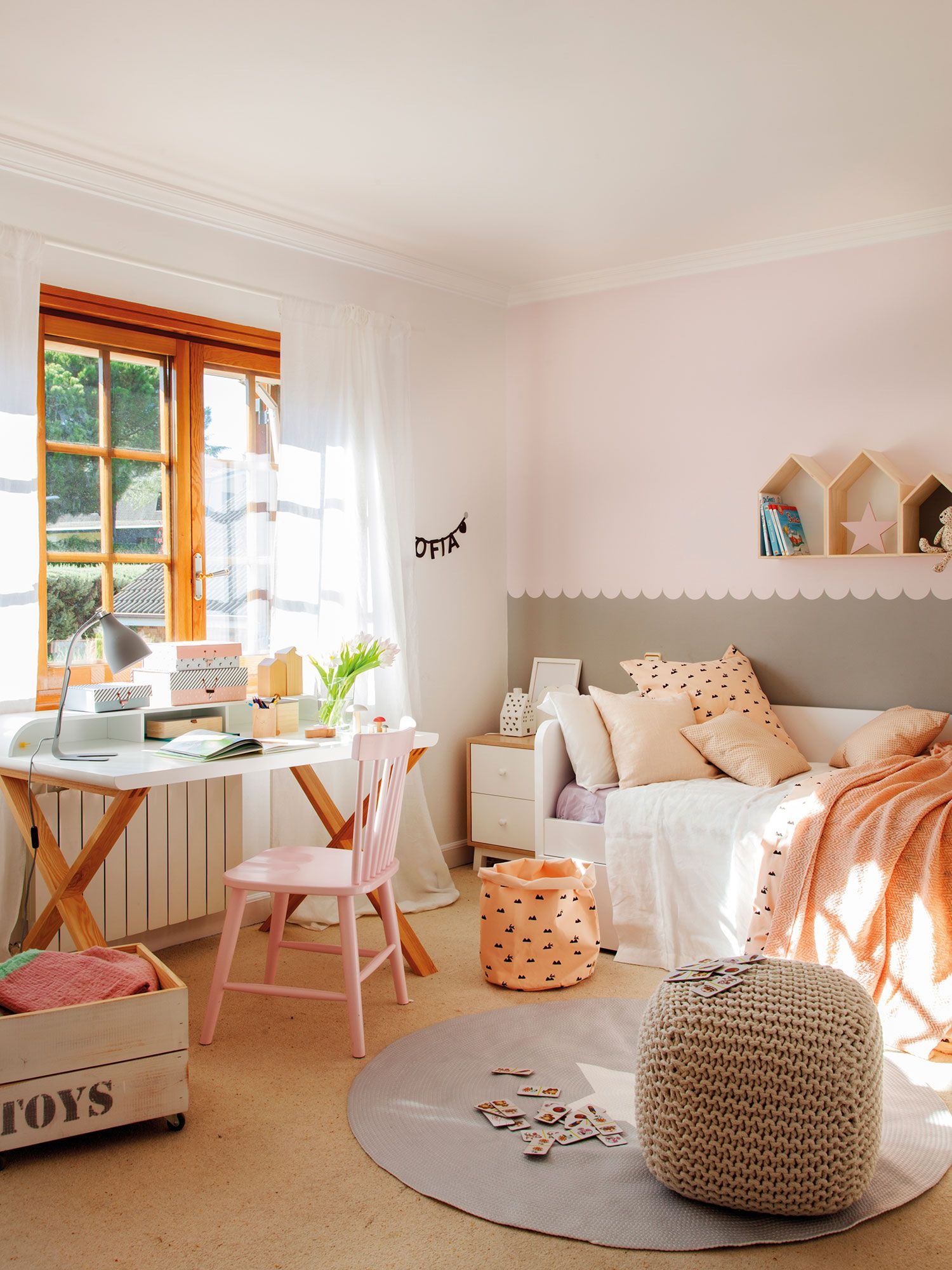 Dormitorio infantil con cama arrimada a la pared y escritorio debajo ...