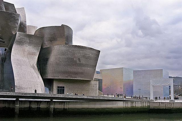 A817-Contraste de volúmenes (Guggenheim-Bilbao) by Eduardo Arias Rábanos, via Flickr