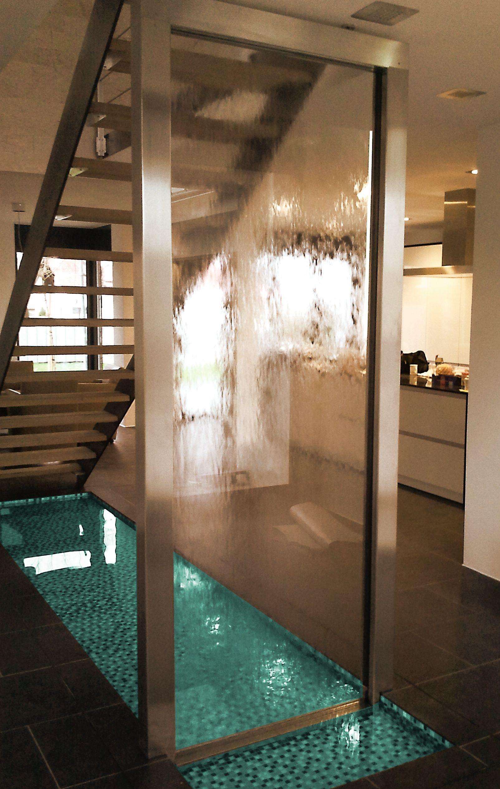 Wasserwand Mit Großem Wasserbecken Im Wohnbereich.