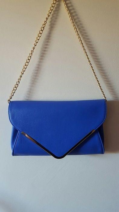 Pochette bleu roi/klein et dorée avec chaînette dorée et lanière bleue. ☆ Neuve & Jamais portée, Reçue en l'état ☆ Défaut...
