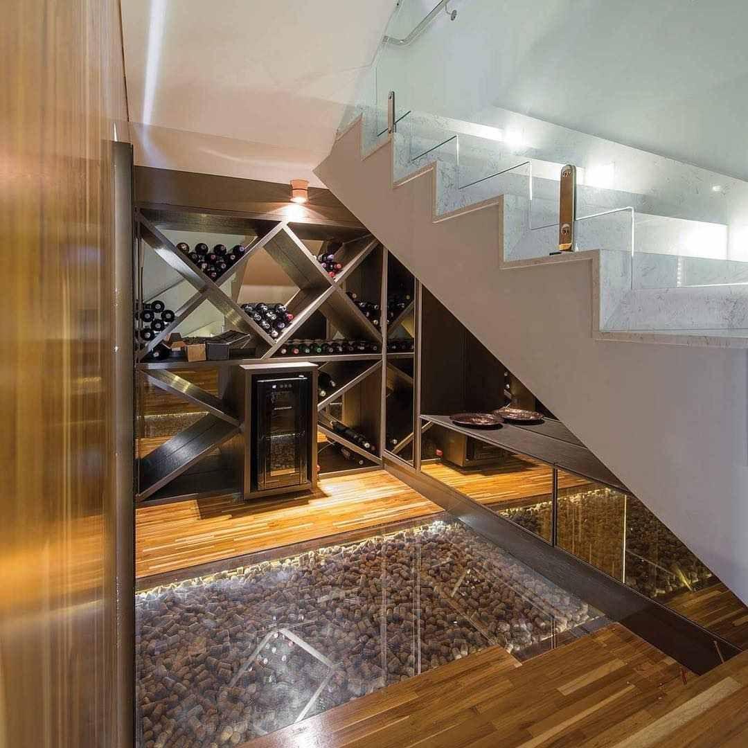 aménagement sous escalier avec une cave à vin design, sol en parquet ...