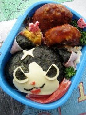 「妖怪ウォッチ フユニャンのキャラ弁」海苔でつくる簡単バージョンです。色が黒にになりますが。。。 材料:ご飯、チーズ、海苔..