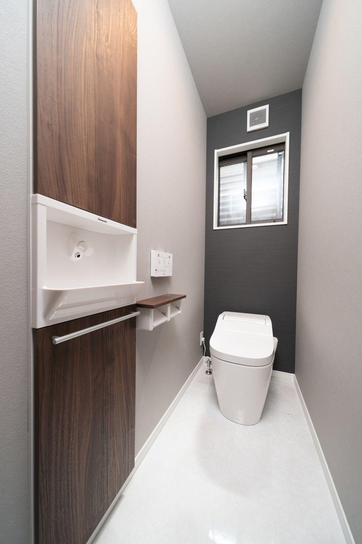 トイレ 埋め込み手洗 タンクレストイレ アクセントクロス 格子でつながる和モダンの家 和モダンな家 トイレ アクセントクロス トイレ 壁紙 おしゃれ