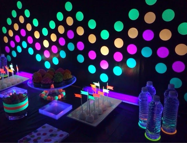 Poca Cosa Glow In The Dark Party Neon Party Decorations Neon Party Party Themes For Teenagers