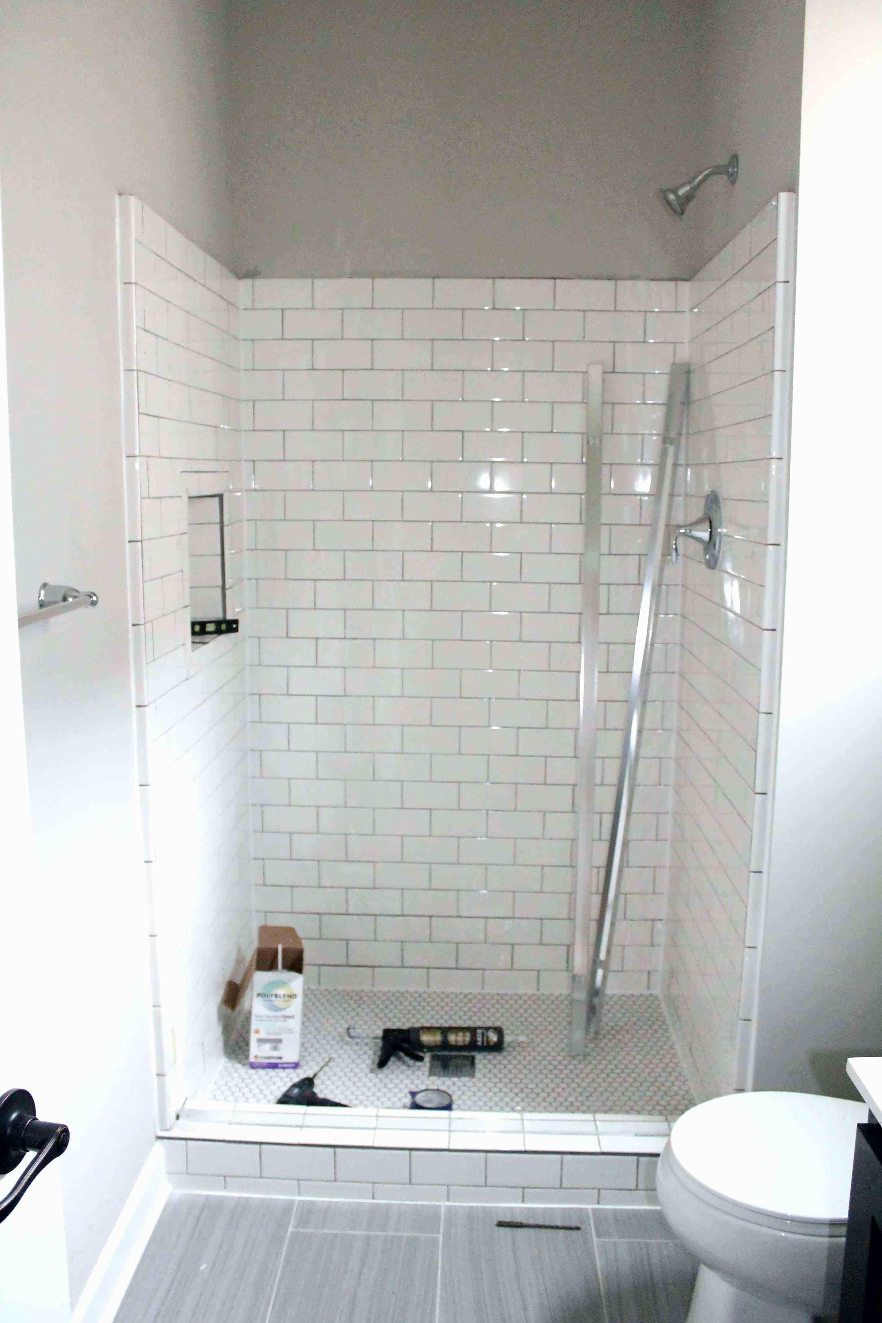 23 Modern Bathroom With Black Chevron Slate Flooring Ceplukan Tile Shower Niche Bathroom Shower Tile Subway Tile Showers