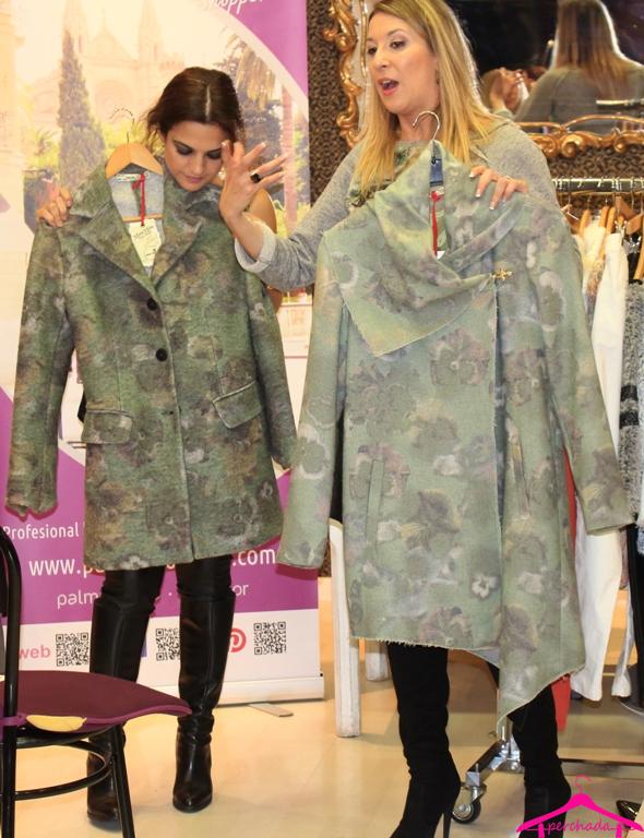 De Cielo Palma Showroom otoño-invierno - Nuestra personal shopper explicando los dos abrigos, mismo estampado y diferente estructura para que todas nuestras clientas puedan apostar por el color en sus prendas. ¿Sabes cual de estos dos abrigos más te favorece? llámanos y te lo contamos www.palmashoppers.com