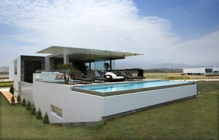 Maison en pente douce à architecture moderne avec terrasse et ...