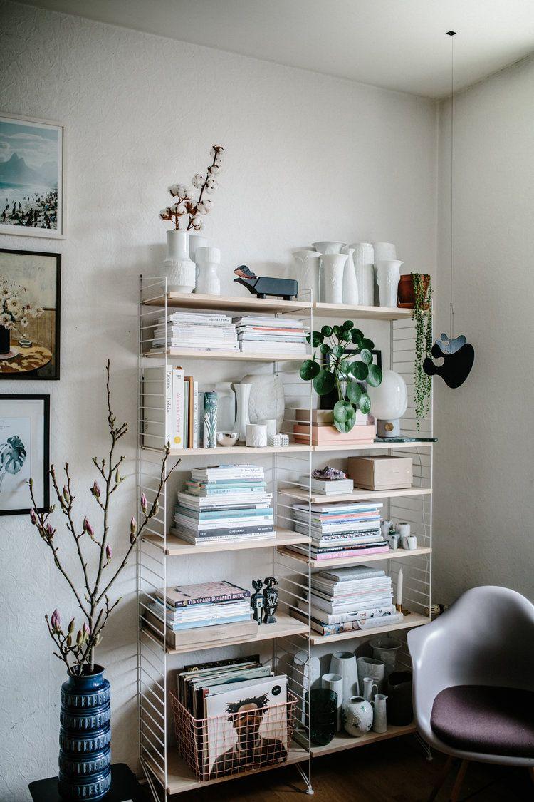 String Regal im Wohnzimmer als Deko Highlight für Magazine, Vasen ...