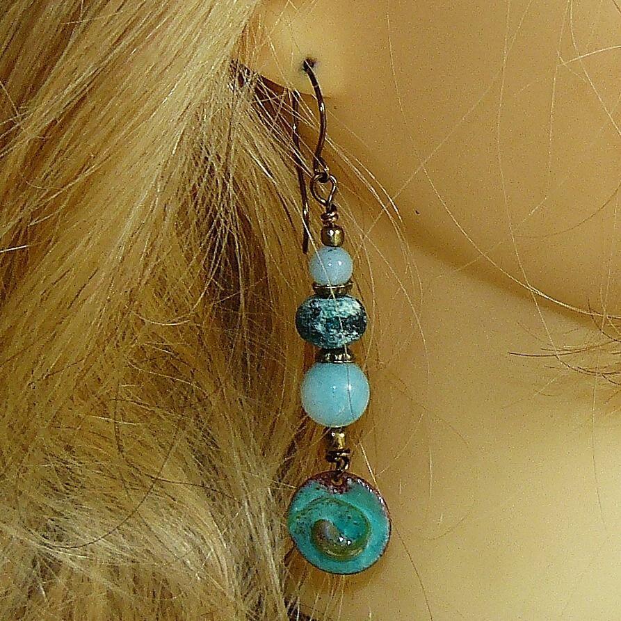 Contrastes ✿ Boucles d'oreilles bohème, émaux sur cuivre, amazonites, perles filées ✿ Idée cadeau - été : Boucles d'oreille par asta-en-bretagne