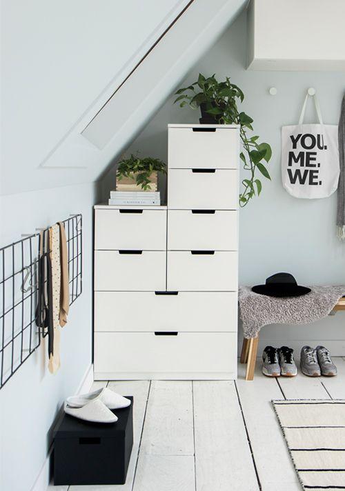 witte kasten en vloer dachschr ge pinterest wohnen schlafzimmer und haus. Black Bedroom Furniture Sets. Home Design Ideas