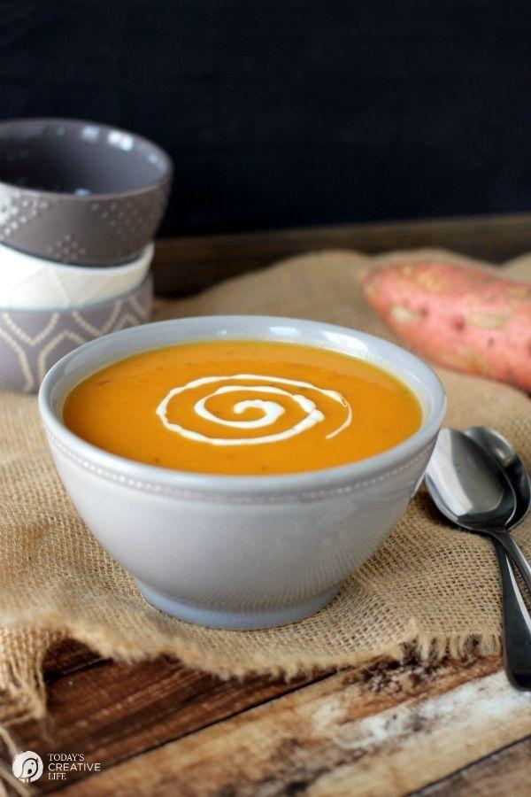 Fogão lento Sopa de batata doce |  Sopas fácil Crock Pot são tão bons no outono e inverno!  Esta saudável batata doce sopa faz uma refeição completa com algum pão duro e uma salada!  |  Veja a receita em TodaysCreativeLife.com