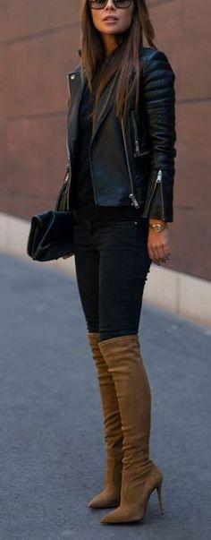 Chaqueta de cuero negra y botas marrones