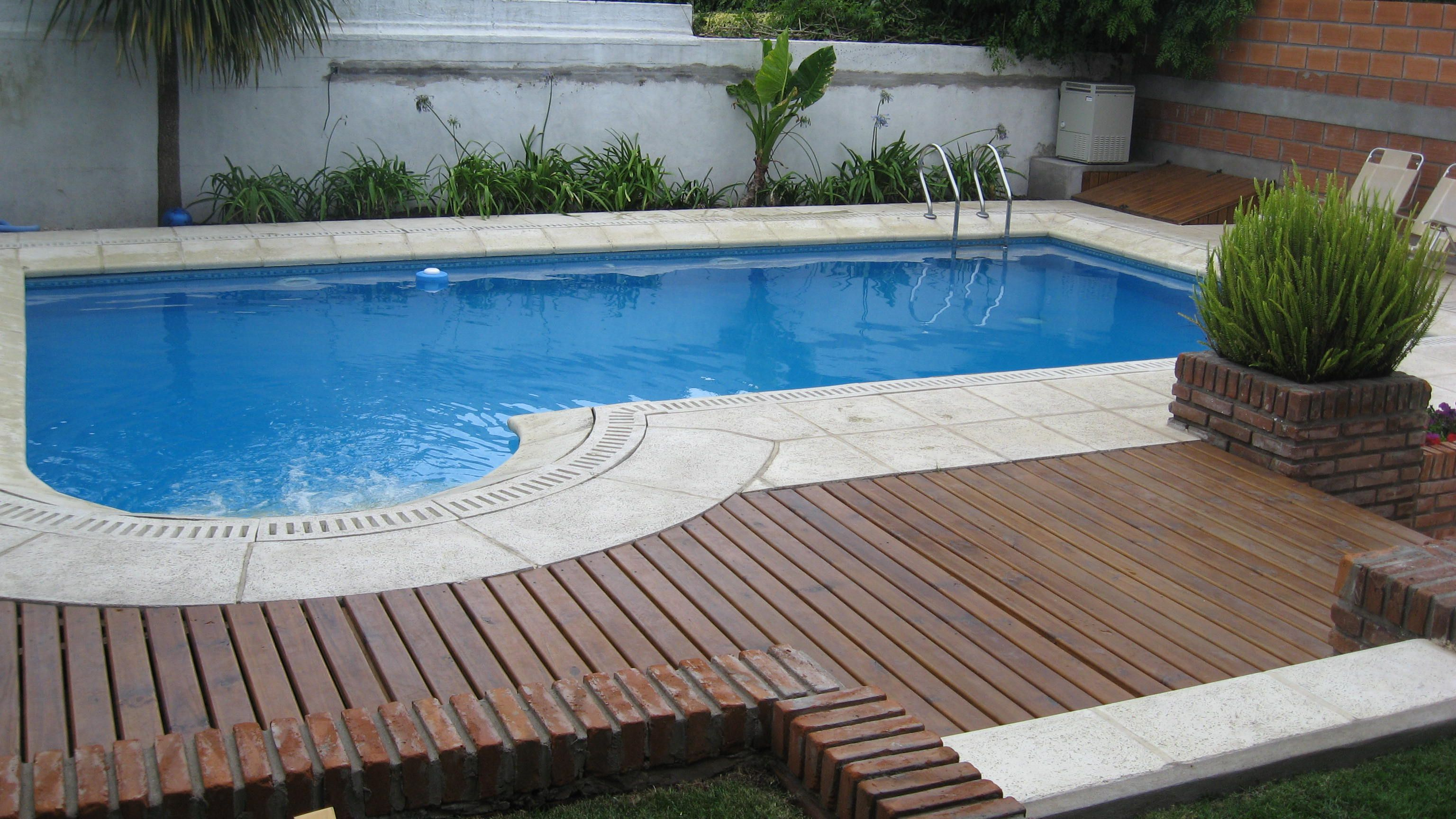 Deck de madera y piscina piscina con deck pinterest for Piscina que se esconde