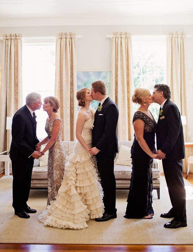 Gatsby le Magnifique, pour un mariage bling-blingInspirée de Gatsby le Magnifique, cette photo de mariage rappelle l'ambiance art déco des années 1920. Le noir, l'or et l'argent sont aussi des couleurs de choix pour un mariage chic. Dans la salle de réception, les tables façon cabaret, les plumes, les perles et autres strass seront de la partie. Quant à la première danse, ce sera du charleston bien sûr! Pour la mariée, le petit détail qui a son importance: un bandeau avec des plumes…